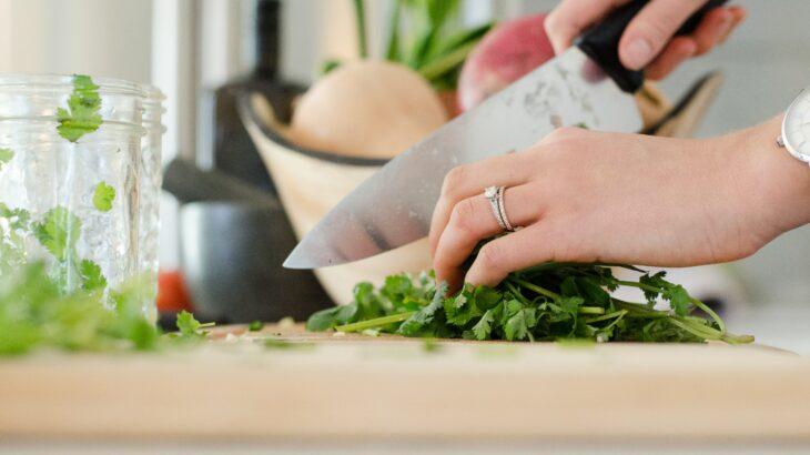 家政婦(夫)として高齢者の食事を上手にサポートする方法とは?
