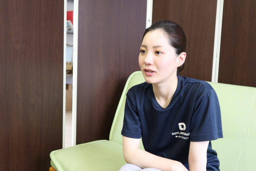 ホームページ用のインタビューに答えるNEWスタッフ光瀬さん